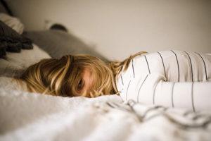mulher deitada tentando dormir